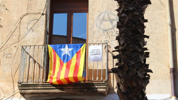 """L\'\""""esteleda\"""",drapeau indépendantiste catalans à Viladecans (Espagne), mercredi 27 septembre."""