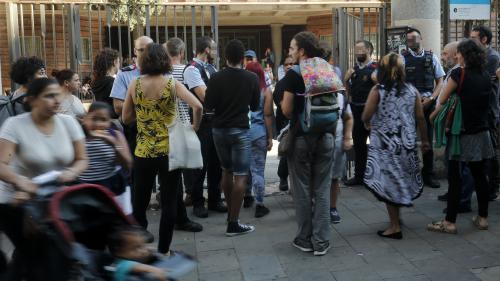 Catalogne : des électeurs occupent des bureaux de vote pour soutenir le référendum