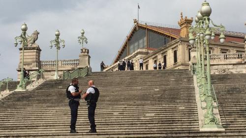 Deux passants tués devant la gare Saint-Charles de Marseille après une attaque au couteau, l'agresseur abattu