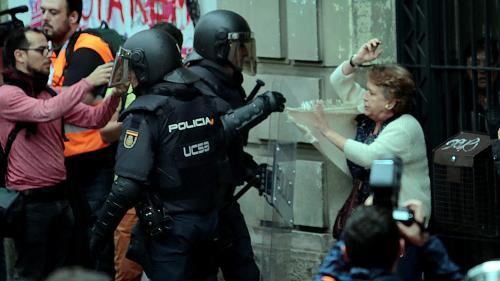 EN IMAGES. Œillets contre matraques : en Catalogne, le référendum vire à l'affrontement avec la police