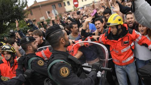 EN IMAGES. Pompiers protégeant la foule, personnes âgées évacuées : cinq scènes marquantes du référendum en Catalogne