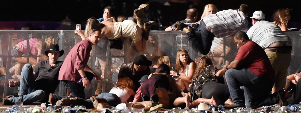 Des spectateurs tentent de se mettre à l\'abri lors de la fusillade survenue à Las Vegas (Etats-Unis), qui a fait au moins 50 morts et 400 blessés, le 1er octobre 2017.
