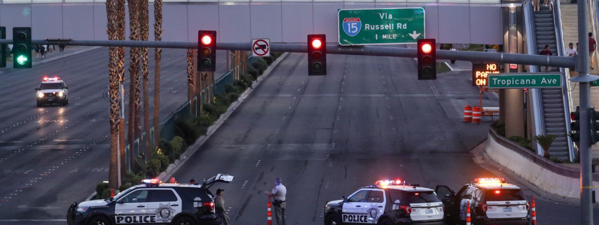 La police bloque l\'accès à la route conduisant à l\'hôtel Mandalay où s\'était posté le tireur,à Las Vegas (Etats-Unis), le 2 octobre 2017.
