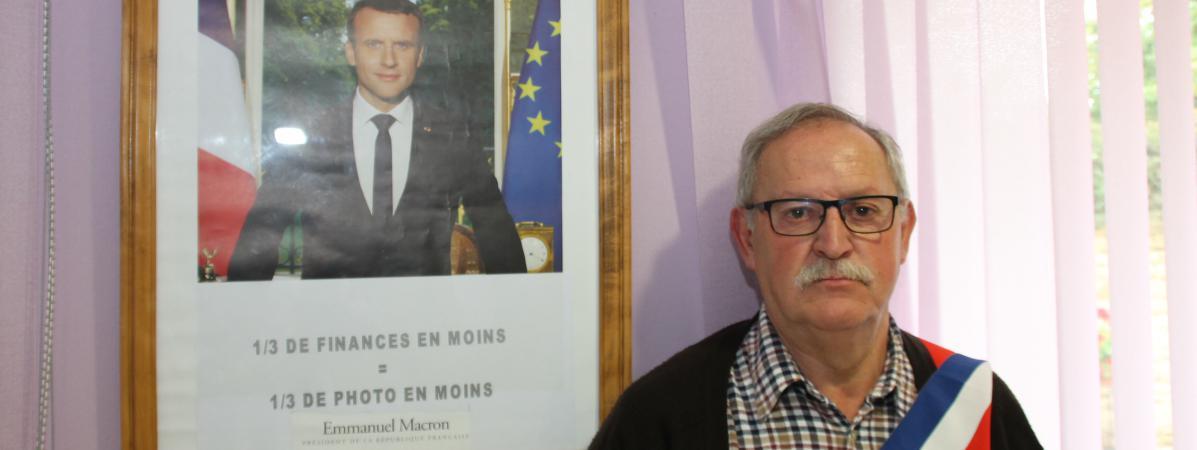"""Le maire de Grand-Failly (Meurthe-et-Moselle) devant le portrait """"réduit"""" de Macron en octobre 2017."""