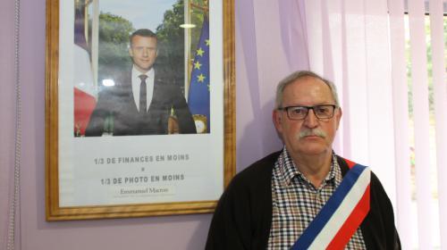 Meurthe-et-Moselle : un maire recadre le portrait de Macron pour protester contre la baisse de son budget