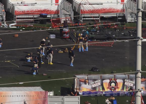 Des enquêteurs du FBI, le 4 octobre 2017, sur les lieux de la tuerie de Las Vegas (Nevada, Etats-Unis).