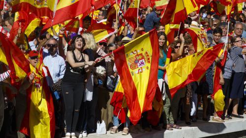 """VIDEO. Crise en Catalogne : des Espagnols manifestent pour """"le dialogue"""", d'autres pour """"l'unité"""" du pays"""