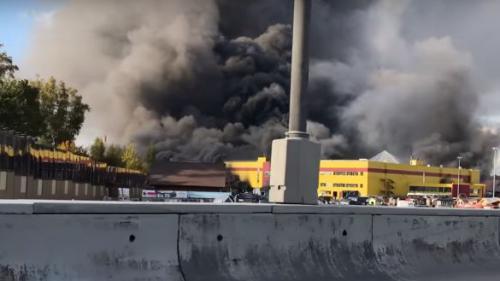 Russie : un énorme incendie ravage un centre commercial près de Moscou