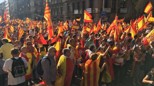DIRECT. Catalogne : les anti-indépendance descendent en masse dans les rue de Barcelone