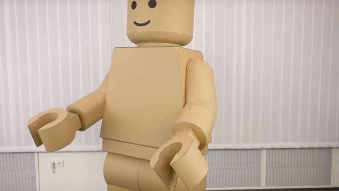 Video Comment Fabriquer Un Costume De Lego Geant En Carton
