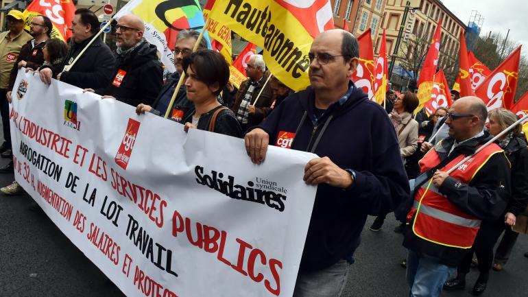 Lors d\'une manifestation à Toulouse pour la défense du service public et de l\'industrie et contre la loi Travail, le 21 mars 2017.
