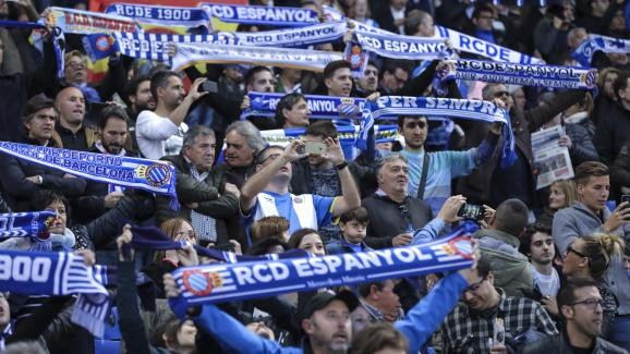 Les supporters de l\'Espanyol Barcelone lors d\'un match contre l\'Atletico Madrid le 22 avril 2017.