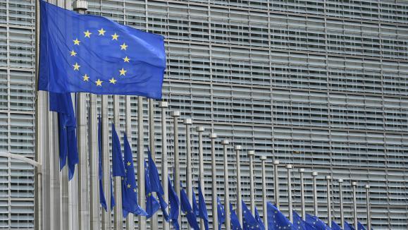 Des drapeaux européens devant la Commission européenne à Bruxelles (Belgique).