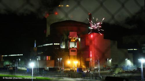 Nucléaire : des militants de Greenpeace déclenchent un feu d'artifice à l'intérieur de la centrale de Cattenom