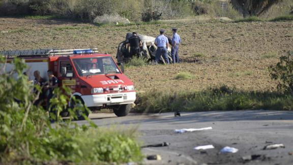 Des policiers s\'affairent autour du véhicule où circulait Daphne Caruana Galizia, avant de perdre la vie dans une explosion, lundi 16 octobre dans le nord de Malte.