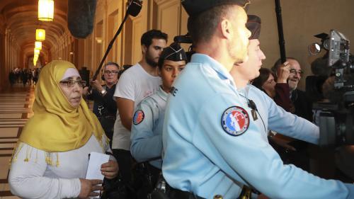 """VIDEO. """"Il est innocent"""" : la mère des frères Merah s'exprime avant d'être entendue au procès de son fils"""