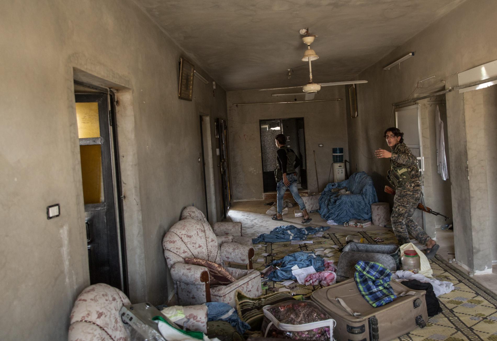 Des combattants arabes membres de la Brigade de la liberté font le tour d'une maison abandonnée et potentiellement piégée, à Raqqa (Syrie), le 5 juillet 2017.