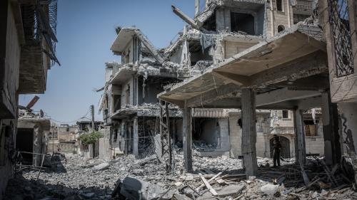 """DOCUMENT FRANCE 2. """"On en a fini avec eux"""" : dans les rues dévastées de Raqqa, libérée du joug de l'Etat islamique"""