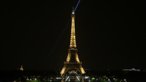 """Paris : un feu d'artifice est tiré au pied de la tour Eiffel pour le final de la série """"Sense8"""", leshabitants croient à un attentat"""