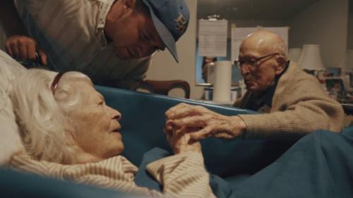 """VIDEO. """"Je t'aime depuis quatre-vingts ans, chérie"""" : un couple de centenaires exprime son amour face caméra"""
