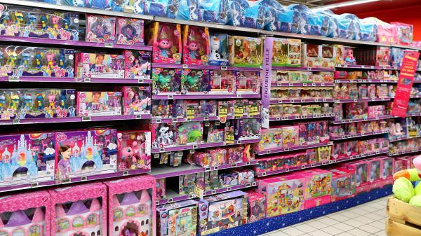 """VIDEO. Rose pour les filles, bleu pour les garçons : dans les rayons """"jouets"""" des magasins, une lucrative distinction"""