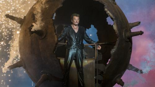 Hélicoptère, bain de foule, main géante... Neuf entrées sur scène marquantes de Johnny Hallyday