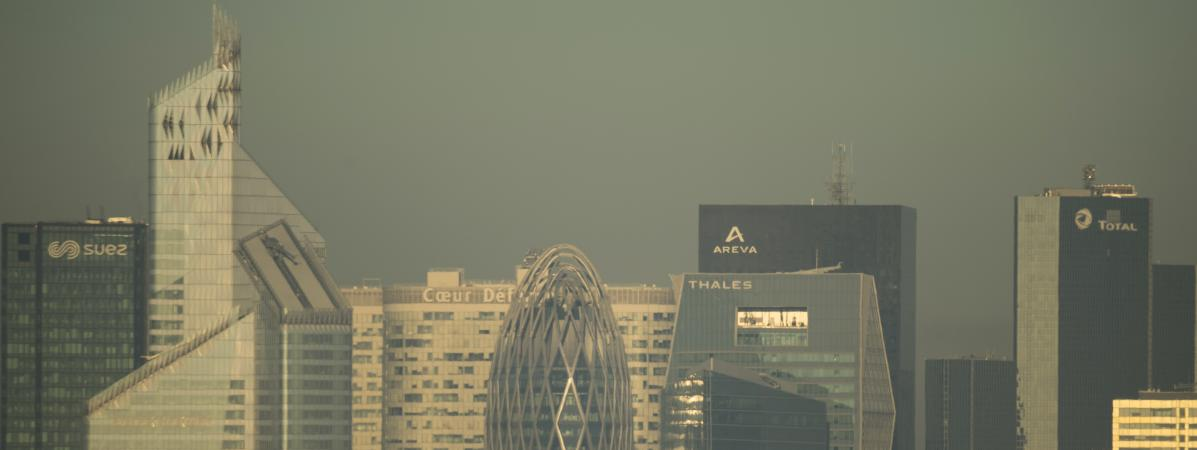 Le quartier de La Défense, à Paris, pris dans un nuage de pollution, le 14 octobre 2017.