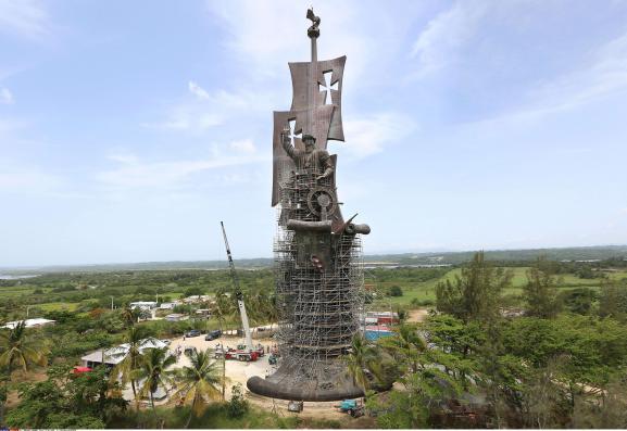 La Naissance d\'un nouveau mondedu sculpteur russe Zourab Tsereteli, le 14 juin 2016 à Porto Rico.