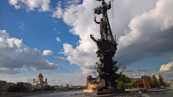 La statue de Pierre le Grand du sculpteur géorgienZourab Tsereteli, à Moscou (Russie).