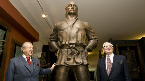 Le couturier français Pierre Cardin et le sculpteur russe Zourab Tsereteli posent à côté d\'une statue de Vladimir Poutine, alors Premier ministre, le 27 novembre 2008 dans la gallerie moscovite de l\'artiste.