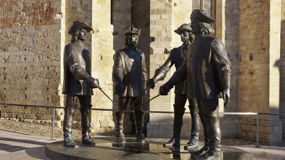 Une statue inspirée des Mousquetaires d\'Alexandre Dumas, offerte par le sculpteur Zourab Tsereteli à la ville deCondom (Gers).