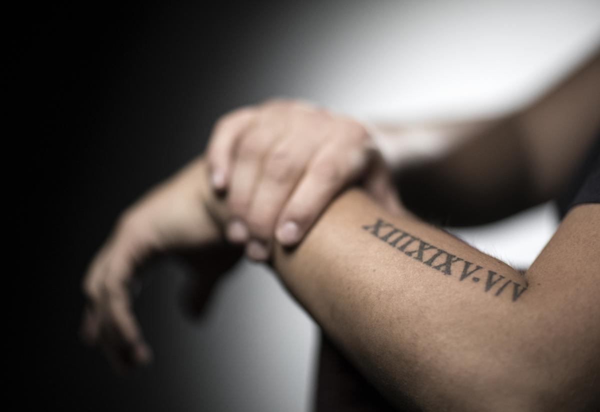 tatouage femme qui lit