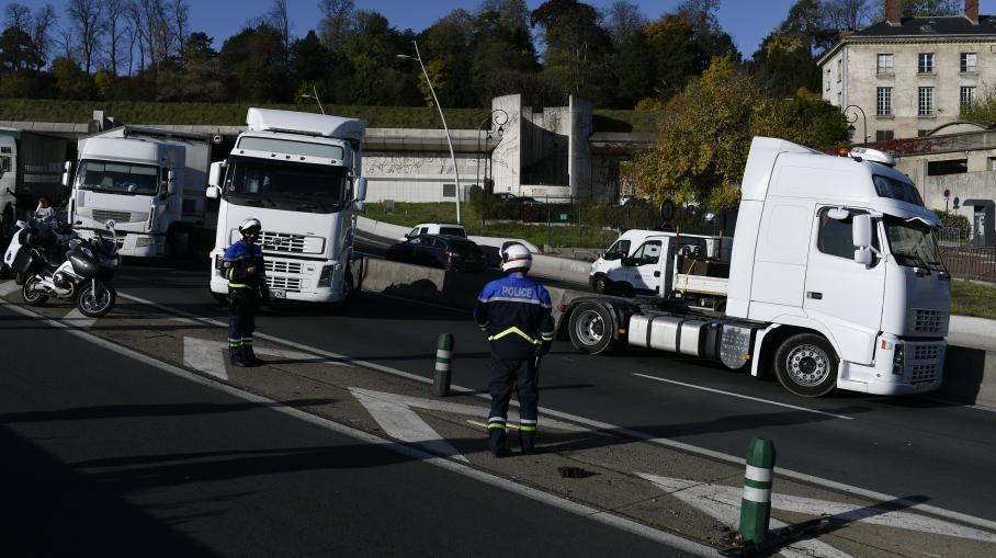 Direct paris apr s trois heures de blocage les camions for Peripherique exterieur paris
