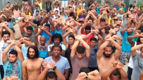 """VIDEO. """"Quatre jours que nous sommes sans eau"""" : les réfugiés d'un camp de Papouasie lancent un appel de détresse"""