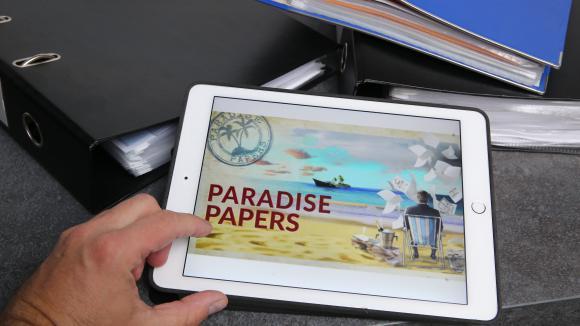"""Une tablette avec l\'image \""""Paradise Papers\""""."""