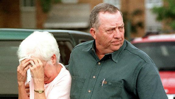 Jackie et Doug Golden, les grands-parents d\'Andrew, quittent le tribunal de Jonesboro (Arkansas, Etats-Unis), le 11 août 1998.