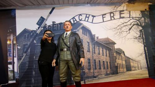 Indonésie : des ONG s'indignent contre un musée proposant des selfies avec Hitler devant une photo d'Auschwitz