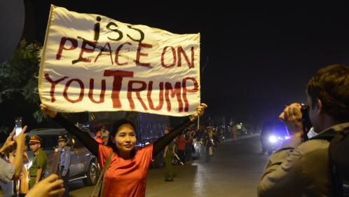 """""""Je te pisse dessus !"""" : une musicienne interpellée au Vietnam après avoir brandi une pancarte devant Donald Trump"""