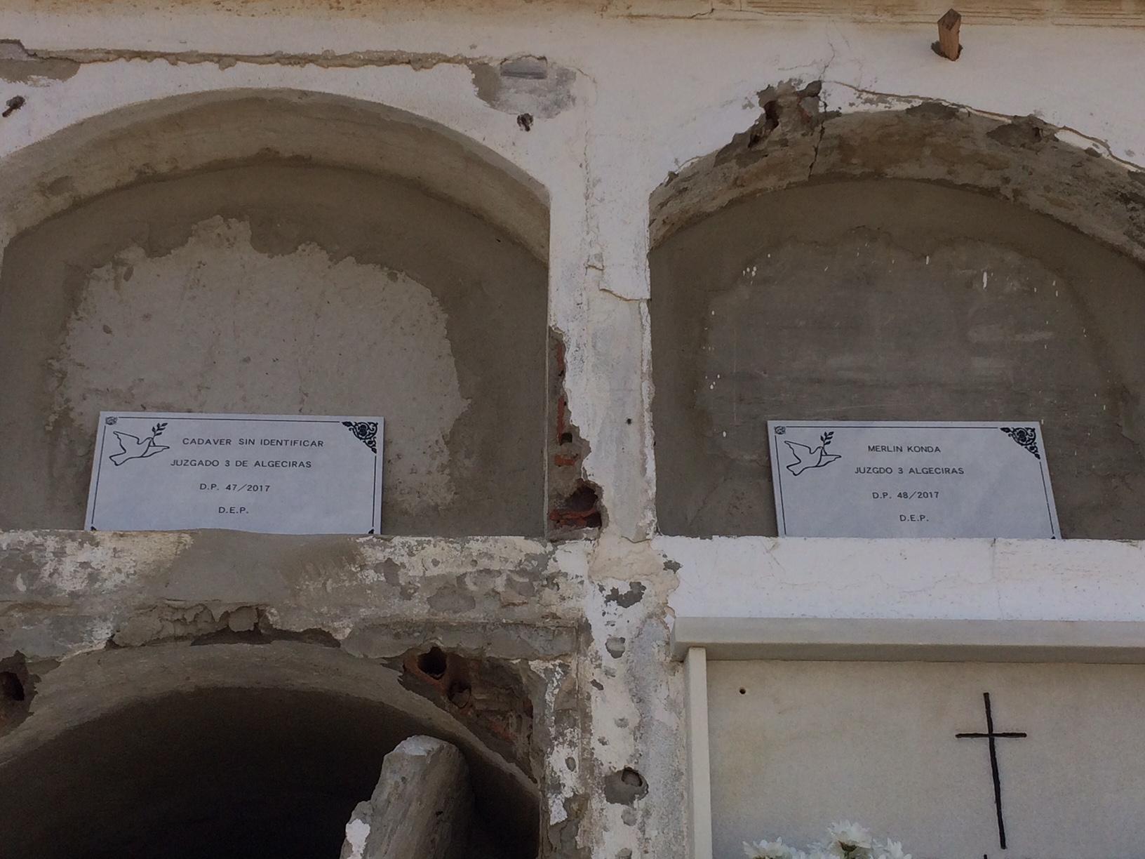 """Certains migrants meurent dans l\'anonymat et sont enterrés avec cet épitaphe :\""""Cadavre sans identification\""""."""