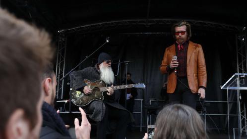 VIDEO. Le chanteur et le guitariste des Eagles of Death Metal rendent hommage en musique aux victimes des attentats