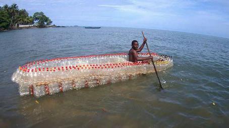 Cameroun : il recycle des bouteilles en plastique en pirogue