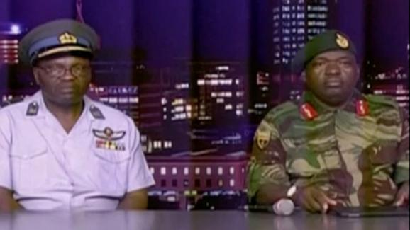 Legénéral Sibusiso Moyo (à droite) lit une déclaration à la télévision, le 15 novembre 2017 à Harare (Zimbabwe).