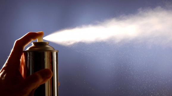 Une bombe aérosol contenant du CFC (image d'illustration).