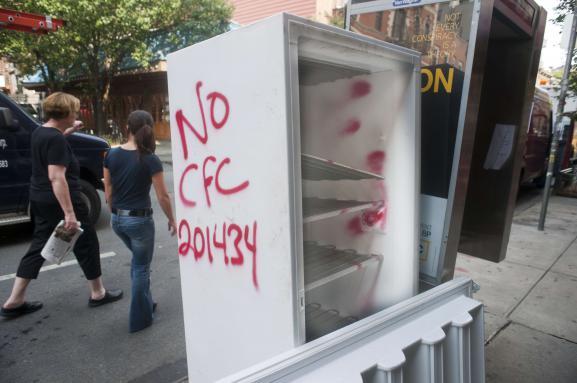 Un vieux frigo dans la rue porte une inscription indiquant que le CFC a été retiré, le 23 juillet 2010, à New York (Etats-Unis).