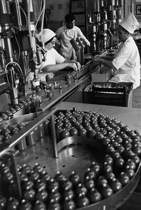 Une fabrique d'aérosols, à Saint-Pétersbourg (actuelle Russie), en 1976.
