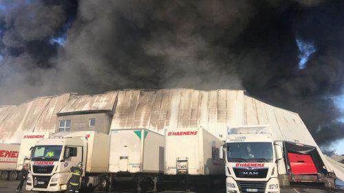 """VIDEOS. Les pompiers combattent toujours l'incendie """"spectaculaire"""" d'un entrepôt dans le Nord"""