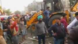 VIDEO. Inde : une usine en feu s'effondre sur une vingtaine de personnes