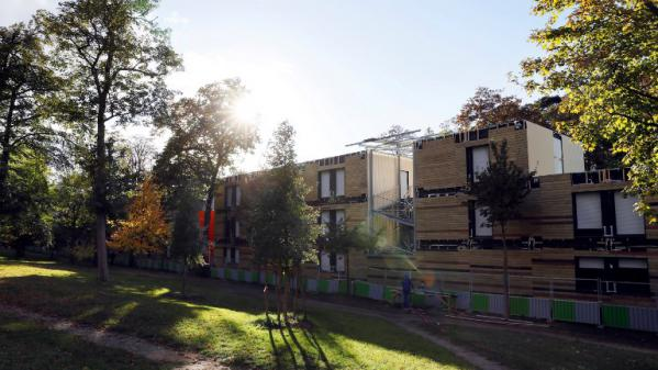 nouvel ordre mondial   Un an après la polémique, le centre d'hébergement d'urgence du 16e arrondissement de Paris s'est fondu dans le paysage