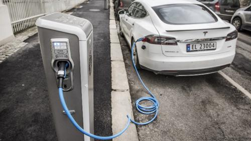 """Fin des voitures à essence : à Oslo, championne d'Europe du véhicule propre, """"il y a des véhicules électriques partout"""""""