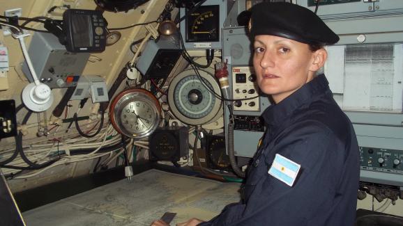 """Photo non datée d\'Eliana Krawczyk, 35 ans, devenue en 2012 la première femme d\'Amérique latine officier de sous-marin. Elle est à bord du \""""San Juan\""""."""